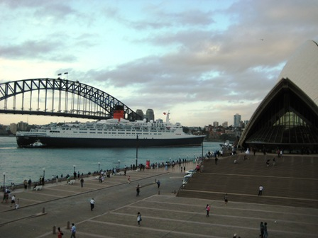 QE2 leaving Sydney